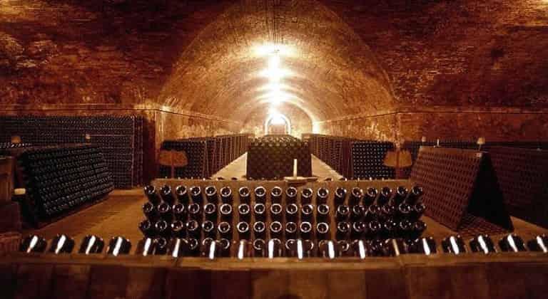 Шампанское Асти из подземных храмов для туристов и коллекционеров